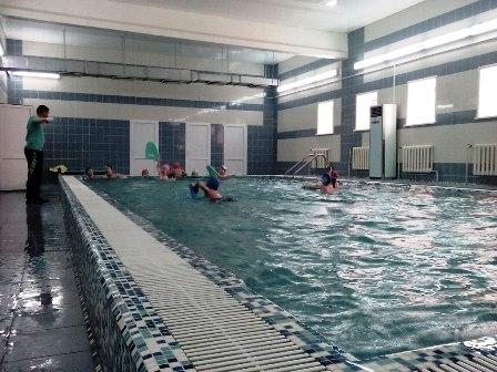Занятия в школьном бассейне